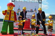 Photo: Mr. Nick Varney, CEO of Merlin Entertainments Plc, Mr. Takashi Kawamura, mayor of Nagoya City, main character of LEGOLAND and children celebrate the groundbreaking ceremony for Legoland.