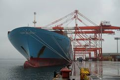 Photo: The EDITH MAERSK is moored at Tobishima Pier South Container Terminal.