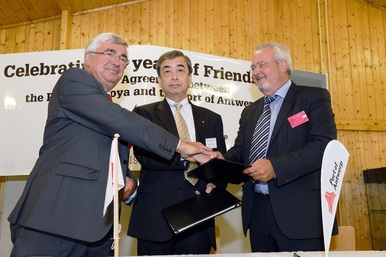 Photo: Mr. Marc Van Peel, Chairman of Antwerp Port Authority, Mr. Eddy Bruyninckx, CEO of Antwerp Port Authority, and Mr. Takayuki Kondo, Executive Vice President of Nagoya Port Authority signed the