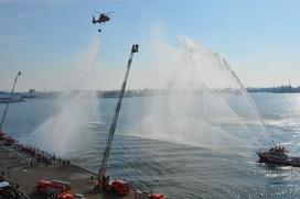 Photo:A fire boat and vehicles discharging water at Dezomeshiki, an annual event for the New Year